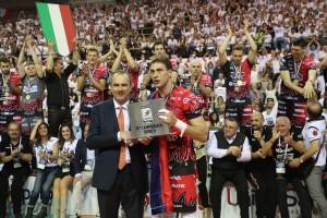 Atanasijevic MVP riceve la targa dall'AD Massimo Righi