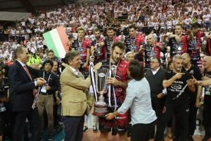 La Presidente della Lega Pallavolo Seria A Paola De Micheli consegna il trofeo insieme ad Alberto Federici di UnipolSai