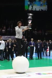 L'acrobata Alessandro Maida consegna la Coppa del vincitore