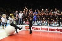 Maida consegna il trofeo a Paola De Micheli, Presidente Legavolley