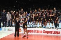 Stankovic riceve la Del Monte Coppa da Paola De Micheli, Presidente di Lega