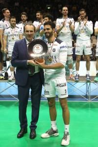 Noda Blanco premiato Del Monte MVP da Massimo Righi AD Legavolley