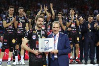 Kovar riceve l'UnipolSai MVP da Massimo Righi, AD Legavolley