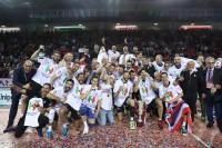 Il gruppo con le maglie dedicate alla vittoria