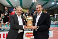 Bruno Cattaneo (Presidente FIPAV) e Massimo Righi (A.D. Lega Pallavolo Serie A) con il pallone d'oro per l'MVP della Del Monte Junior League.
