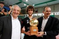 Il Presidente FIPAV Bruno Cattaneo e l'A.D. di Lega Pallavolo Serie A Massimo Righi premiano l'MVP della Del Monte Junior League Alberto Saibene (Volley Treviso).