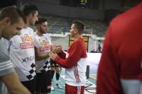Giocatori delle squadre avversarie si salutano