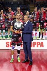 Aaron Russell premiato MVP da Massimo Righi, AD Legavolley