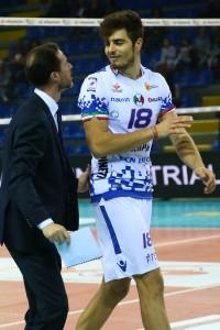 Coach Adriano Di Pinto parla con il centrale Graziano Maccarone - GoldenPlast Potenza Picena