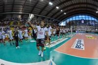 Il capitano Luciano De Cecco con tutta la squadra fa il giro d'onore con la Supercoppa