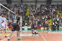 L'esultanza di Perugia e dei tifosi sugli spalti dopo l'ultimo punto