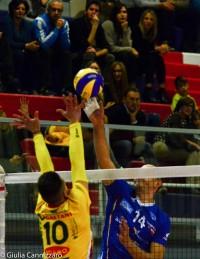 Paoletti in attacco supera il muro di Ruiz