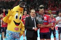 Padura Diaz riceve il premio come Miglior Giocatore da Massimo Righi AD Legavolley