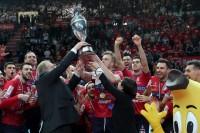 Paola De Micheli Presidente Legavolley e Cattaneo Presidente Fipav consegnano il trofeo alla vincitrice