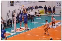 L'attacco di Luca Bigarelli supera il muro di Matteo Pizzicchini e Francesco Sideri