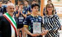 Il capitano della Diatec Trentino riceve la targa per il secondo posto in Del Monte Boy League