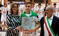 Il capitano della Cucine Lube Civitanova riceve la targa per la vittoria della Del Monte Boy League da Julie Vollertsen (Presidente Comitato territoriale FIPAV Reggio Emilia) e da Enrico Bini (Sindaco