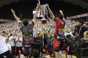 De Cecco e Colaci mostrano la Coppa ai tifosi