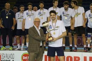 Finale Del Monte Junior League - il capitano di Castellana Grotte riceve la coppa per il primo posto