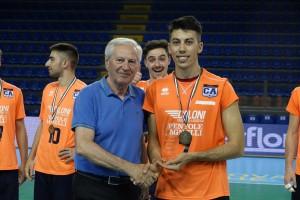 Il capitano della Caloni Agnelli Bergamo riceve la targa per il 5o posto