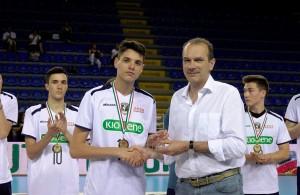 Il capitano della Kioene Padova riceve da Massimo Righi la targa per il 4o posto