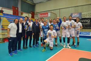 Presidente del Tuscania a fine partita omaggia i giocatori della Tipiesse con olio di oliva prodotto tipico locale