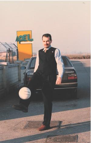 Massimo Righi nel cortile dello studio di registrazione