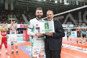 Il Presidente Righi premia Kovacevic come Mvp del mese di Dicembre