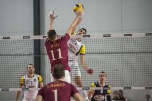 a rete tra Aguenier Jonas (monini) e Rau Giancarlo (Roma volley)