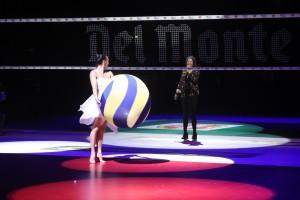 La ballerina Valentina Marino accompagna il canto di Sherol