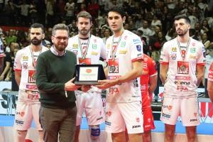 La targa 2a classificata consegnata da Lepore Assessore allo sport Comune Bologna