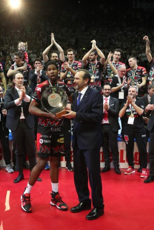 Massimo Righi AD Legavolley premia l'MVP Leon