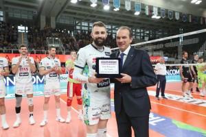 L'amministratore delegato di lega Righi consegna il premio Gazzetta a Kovacevic