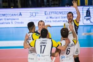 esultanza Mariano Romolo e squadra (monini)