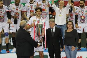 De Micheli (Presidente Lega), Bertolini (Responsabile Direzione MKTG Credem Banca), Manfredi (Vice Presidente Fipav) consegnano il trofeo a Stanokovic