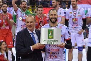 Righi AD Legavolley consegna a Juantorena il premio MVP delle Finali
