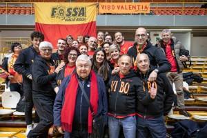 Il presidente Pippo Callipo con i tifosi della Fossa Giallorossa
