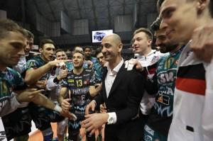 Fontana portato in trionfo a fine partita dai giocatori di Perugia