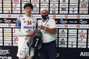 ISHIKAWA PREMIATO MVP
