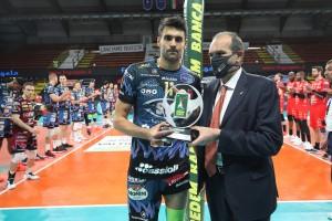Massimo Righi premia Sebastian Solé MVP Credem Banca Semifinali