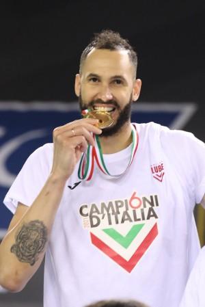 Osmany che morde la medaglia dei campioni